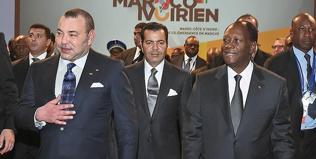 S.M le Roi Mohammed VI, accompagné de SAR le Prince Moulay Rachid, et du Président de la République de Côte d'Ivoire, SEM Alassane Dramane Ouattara.