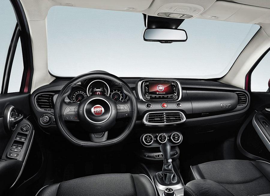 En termes de confort et d'équipement d'info-divertissement, il dispose du Uconnect avec écrans tactiles assurant l'accès à la radio, aux médias et au téléphone.