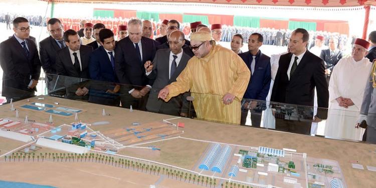SM le Roi lançant au site de Phosboucraa le projet de réalisation du complexe industriel intégré de production d'engrais.