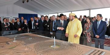 SM le Roi Mohammed VI présidant la cérémonie de lancement des travaux de réalisation de la première centrale du complexe solaire intégrée d'Ouarzazate «Noor».