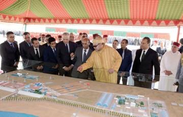 S.M. le Roi Mohammed VI lançant au site de Phosboucraâ de Laâyoune, le projet de réalisation du complexe industriel intégré de production d'engrais.