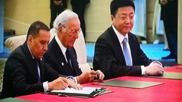 Signataires de G à D : M. El Hachmi Boutgueray: Président Directeur Général du Groupe ANOUAR INVEST M. Othman Benjelloun : Président Directeur Général de la BMCE BANK M. Liu Jianchang : Deputy General Manager of Global Banking Department of ICBC.