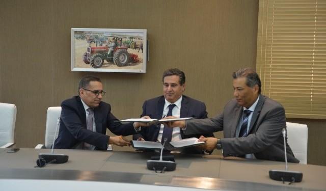 Signature en 2014, à Rabat, de la convention entre Tariq Sijilmassi, président du directoire du groupe Crédit Agricole du Maroc et El Hachmi Boutgueray PDG d'Anouar Invest, en présence du ministre de l'Agriculture, Aziz Akhannouch, pour sauver Best Milk.