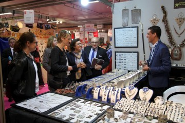 Fatema Marouane visite les stands de l'artisanat marocain la Foire de Paris