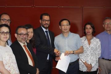 M. Omar ELYAZGHI, Président du directoire de MEDZ et le patron chinois lors de la signature de la lettre d'intention.