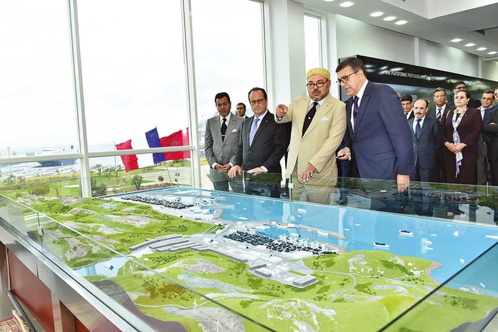 SM le Roi Mohammed VI et le Président français, François Hollande visitant le complexe Tanger Med.