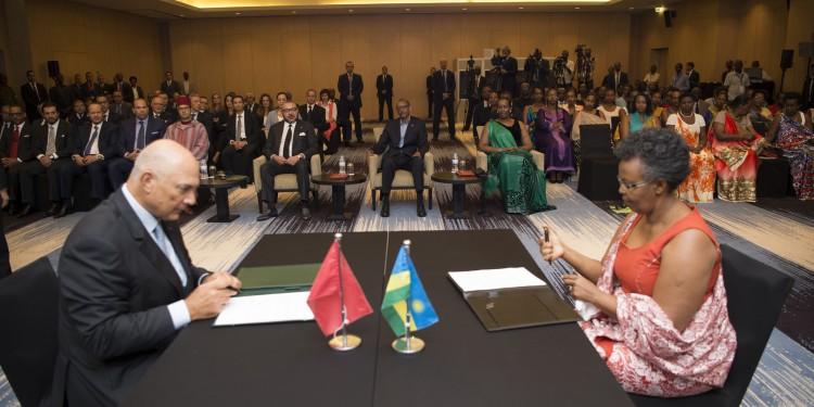 La convention a été signé par le président délégué de la Fondation Mohammed VI pour le Développement durable, M. Mostapha Terrab et la première vice-présidente de «Imbuto Foundation», Mme Rita Zirimwabagado.