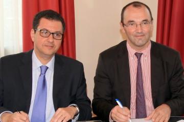 De gauche à droite : Mohamed El Mandjra, directeur général du groupe ODM et Jean Yves Blay, directeur général du Centre Léon Bérard