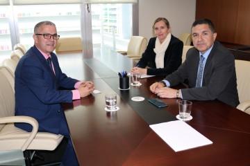 De gauche à droite :   Farid Aoulouhaj, consul général du Maroc à Séville, Vanessa Bernad, PDG de l'Extenda et Gaspar Llanes, président de l'Extenda