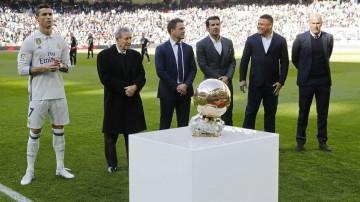 De gauche à droite : le Portugais Cristiano Ronaldo, le Français Raymond Kopa, l'Anglais Michael Owen, le Portugais Luis Figo, le Brésilien Ronaldo Da Lima et le Français Zinedine Zidane
