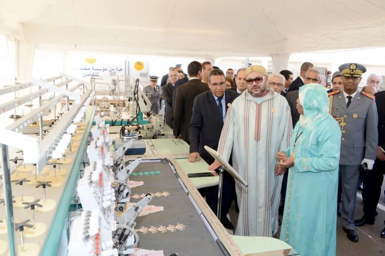 SM le Roi Mohammed VI procède à la remise de dons en équipements à une vingtaine de porteurs de projets