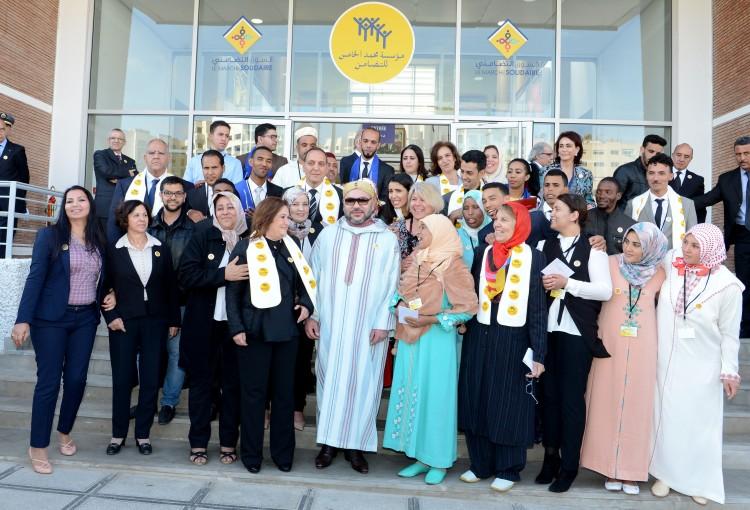 SM le Roi Mohammed VI pose pour une photo souvenirs avec les bénéficiaires du programme d'insertion par activités génératrices de revenu