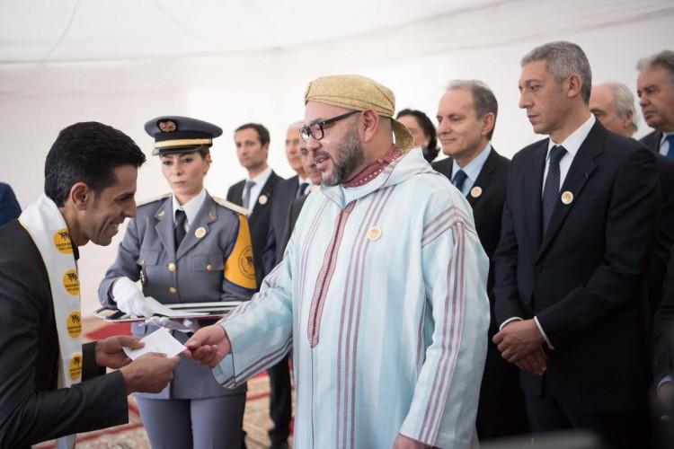 SM le Roi Mohammed VI remet des chèques à des associations d'accompagnement des jeunes porteurs de projets
