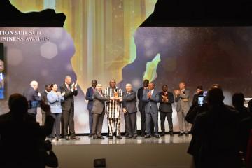 Roch Marc Christian Kaboré, président du Burkina Faso, recevant le « Prix honorifique » des mains de Mohamed Kettani, PDG de Attijariwafa bank (à droite) et Hassan Ouriagli, PDG de la SNI (à gauche)