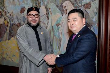 SM le Roi Mohammed Vi et  Li Biao, président du groupe industriel HAITE lors de la signature du protocole d'accord relatif à la création de la  Cité Mohammed VI Tanger Tech