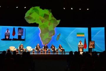 De gauche à droite : Thami Ghorfi, modérateur, Salaheddine Mezouar, ministre des Affaires Etrangères et de la Coopération, Miriem Bensalah Chaqroun, présidente de la CGEM, Roch Marc Christian Kaboré, président du Burkina Faso, Mohamed Kettani, PDG de Attijariwafa bank et Madeleine Berre, ministre de la Promotion des Investissements Privés, du Commerce, du Tourisme et de l'Industrie du Gabon
