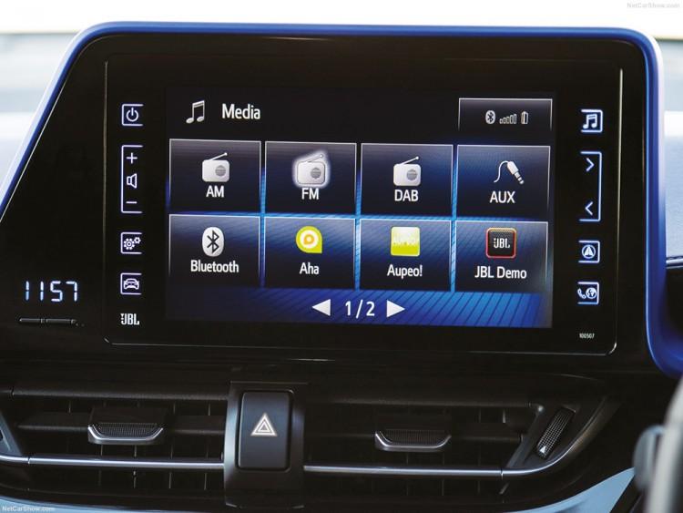 Siégeant au centre du tableau de bord, l'écran tactile propose différentes fonctionnalités comme le suivi des consommations ou la navigation