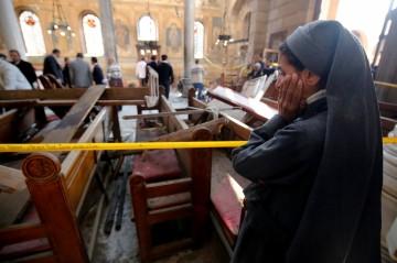 Stupeur d'une sœur à l'intérieur de l'église Mar Girgis à Tanta