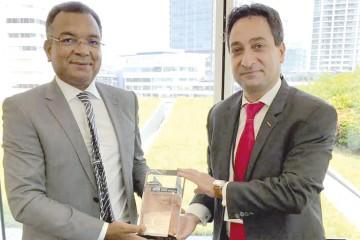 Abdellah El Moudden, DG de SMVN et Peyman Kargar, président de Nissan de la région AMI