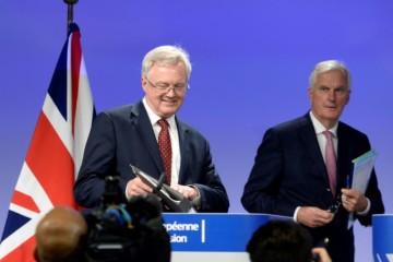 David Davis,  secrétaire d'État à la sortie de l'UE du Royaume-Uni  et Michel Barnier, négociateur en chef de l'UE