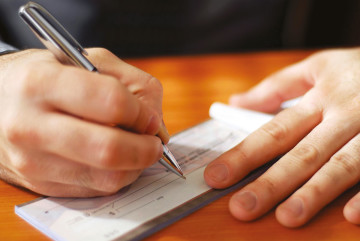 Le chèque, malgré le fait qu'il soit risqué, reste le moyen de paiement scriptural le plus utilisé.