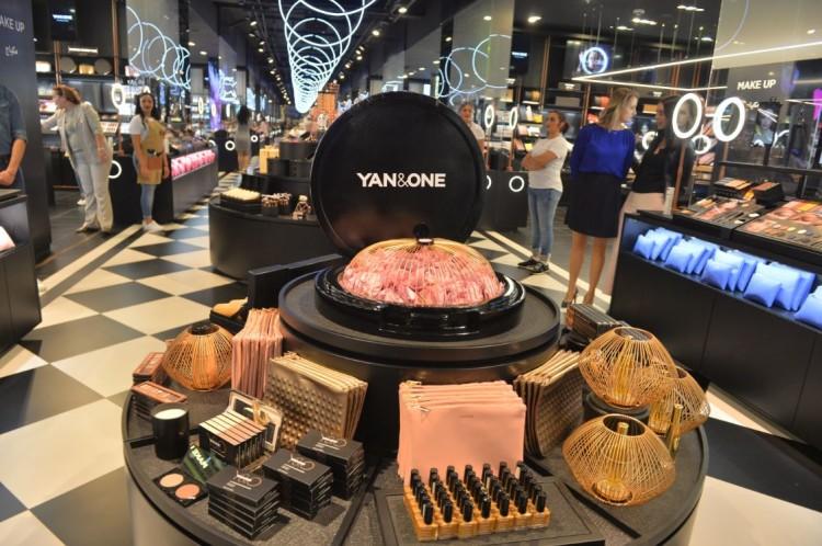 Le premier magasin de Yan&One est hyper-connecté. Il abrite, entres autres, 1000 écrans.