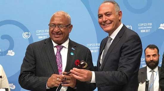 Salaheddine Mezouar, président de la COP22, remet la présidence à Frank Bainimarama, le nouveau président de la COP23.
