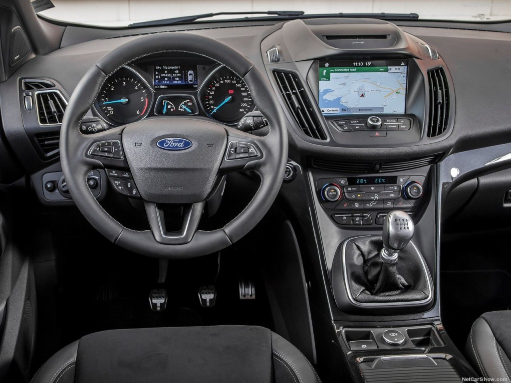 Ford Kuga dispose de l'assistant électronique au stationnement et permet d'ouvrir automatiquement le hayon du coffre sans utiliser ses mains.