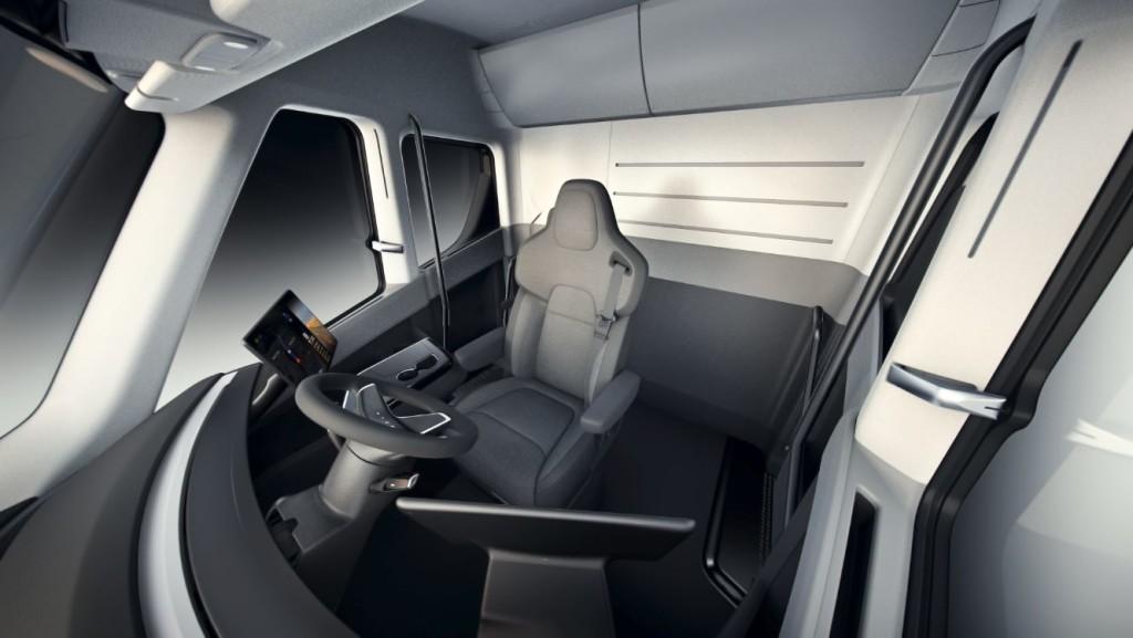 Le siège conducteur est placé au centre pour permettre une meilleure visibilité.