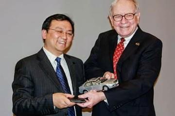 Wang Chuanfu en compagnie du grand Warren Buffett, à la tête du fonds d'investissement Berkshire Hathaway et actionnaire de BYD