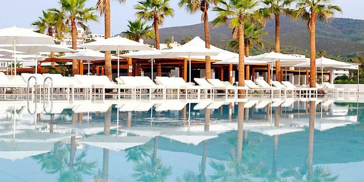 SIM était à l'origine une filiale historique de Club Med à laquelle le groupe CDG s'est invité en 2005.