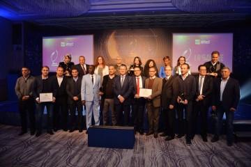 Ali Harraj, PDG de Wafa Assurance en compagnie des lauréats