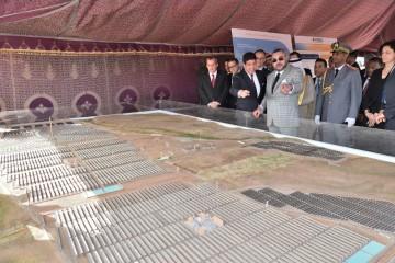 SM le roi Mohammed VI lors de la cérémonie de lancement des travaux de réalisation de la Centrale Noor Ouarzazate IV le 1er avril 2017.