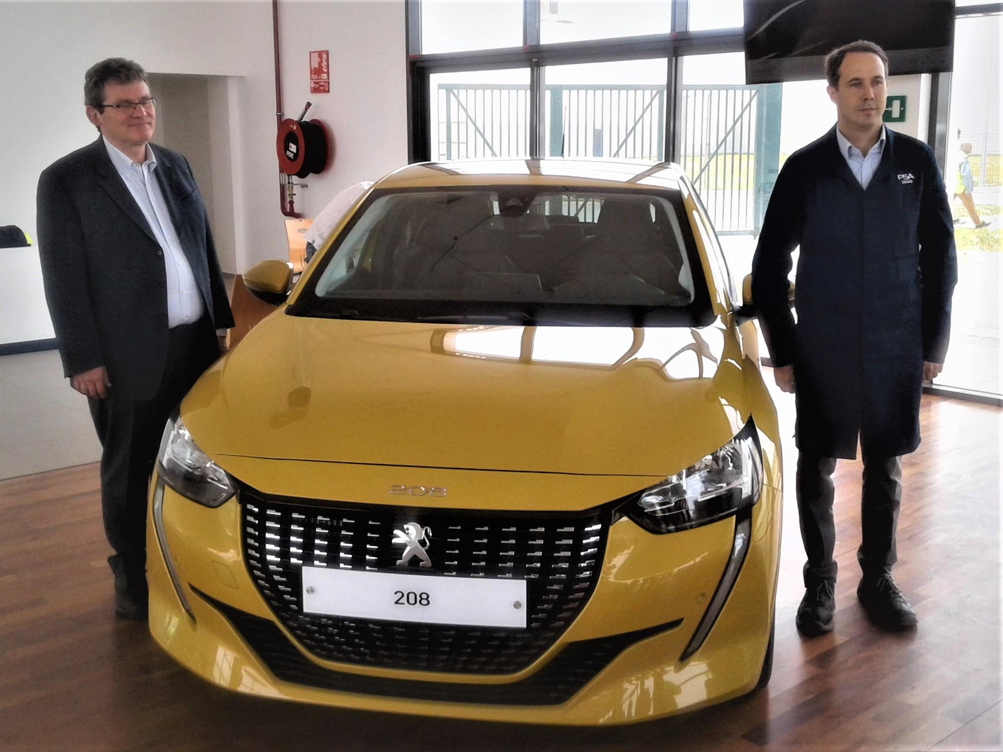 Dans la salle d'accueil de l'usine, la nouvelle Peugeot 208 est exposée aux yeux des visiteurs. Jean-Christophe Quemard (à gauche), Directeur de la région Moyen-Orient Afrique et membre du Directoire du Groupe PSA et Rémi Cabon, Directeur du projet PSA Maroc nous ont chaleureusement accueillis.