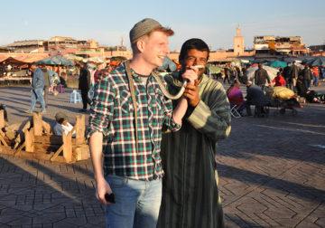 La place Jemaa el Fna, principale attraction touristique de Marrakech. «L'espace culturel de la place Jemaa el Fna» est inscrit patrimoine culturel immatériel depuis 2008 (proclamation en 2001) et classé au patrimoine mondial depuis 1985 par l'UNESCO.